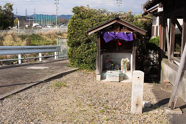 道ばたの神社と石仏