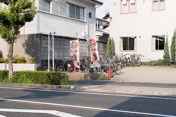 夏休みの塾の生徒たちの自転車