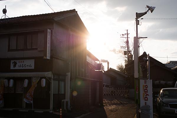 街道沿いに日は沈む
