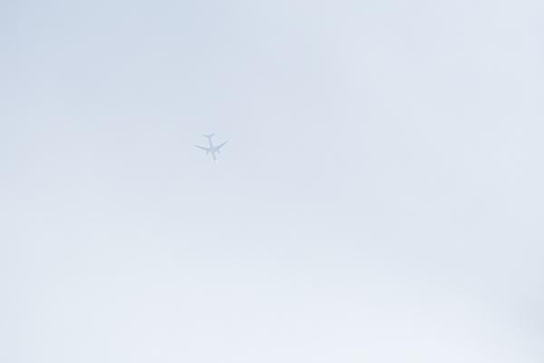 雲にかすむ飛行機