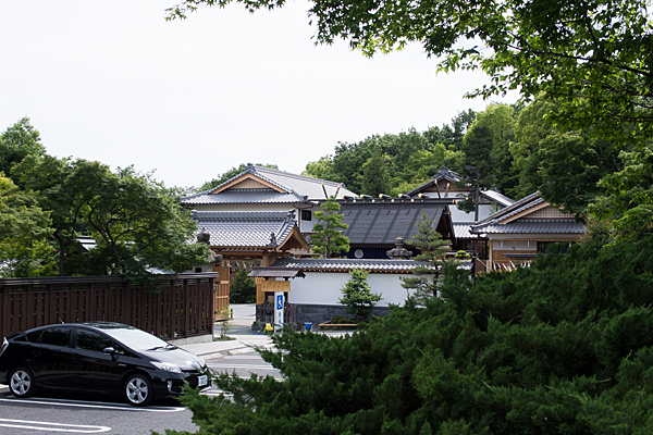 少し離れて見る塩竈神社全景