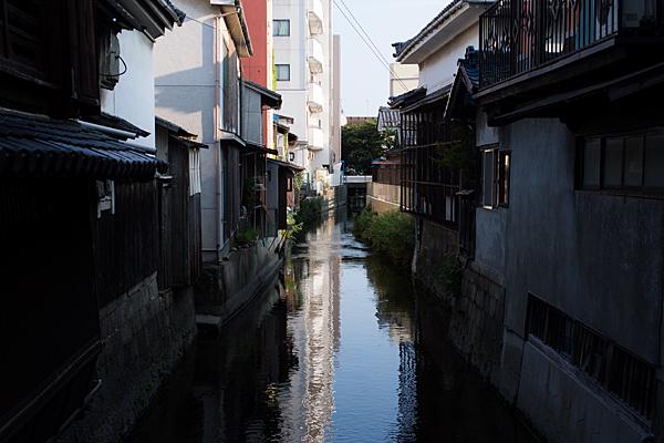 水路のある民家風景