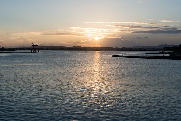 弁天島に夕陽が沈む