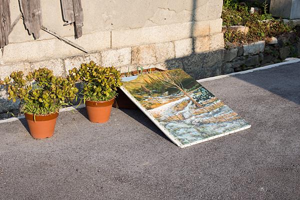 道で乾かす油絵
