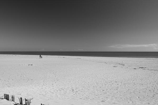 広い砂浜と二人