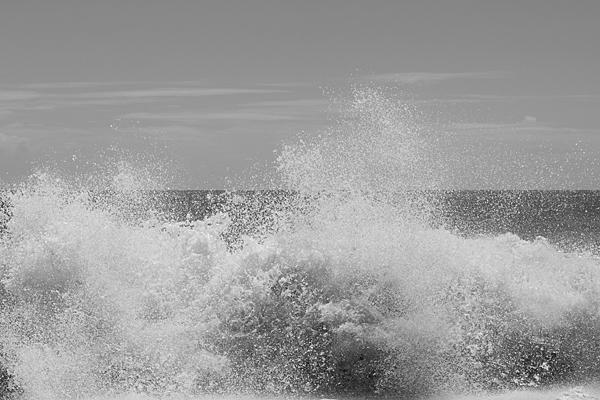 打ちつける波しぶき