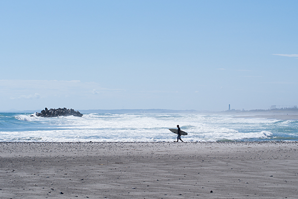 高い波とサーファー