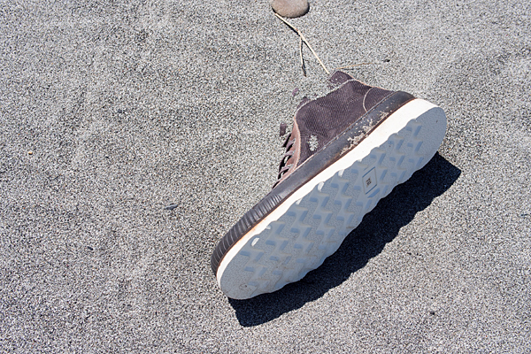 浜に落ちていた新しい靴の片方