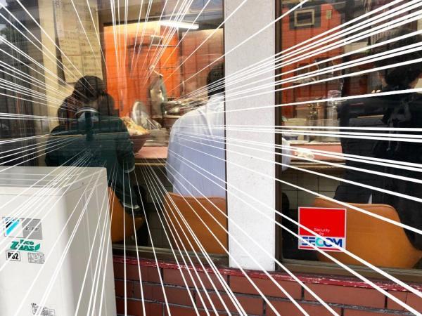 【画像】二郎系ラーメンでドカ盛りのラーメンを食べている女性、外から撮られてしまう
