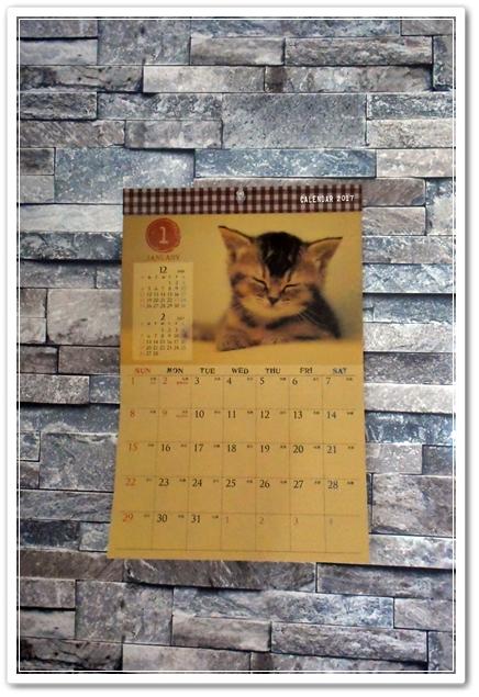 100均で買った猫カレンダー(>∀<)ノもう貼っといた!!