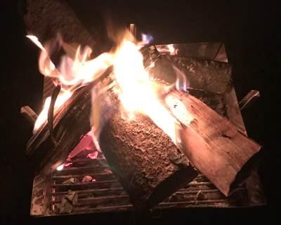 ユニフレームの焚き火台で焚き火