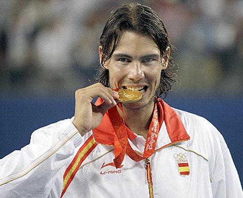 金メダルを噛むダンカン・ジョン・アームストロング選手