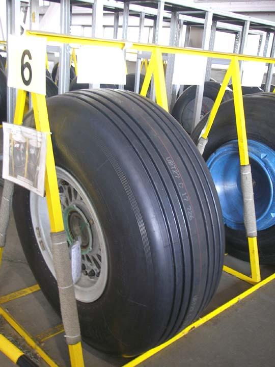 自動車のタイヤと飛行機のタイヤの違いは?