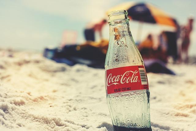 コカ・コーラの底にある謎の刻印の正体は?