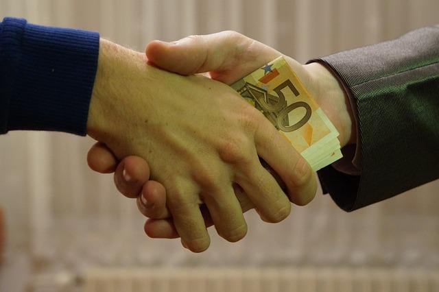 保釈金の額は、どのように決められ、どう使われる?