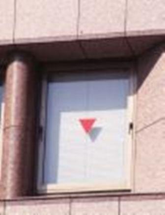 ビルの窓ガラスに貼ってある、赤い三角形のマークは何?