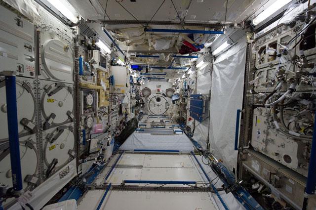 国際宇宙ステーション(ISS)内 実験棟「きぼう」内部