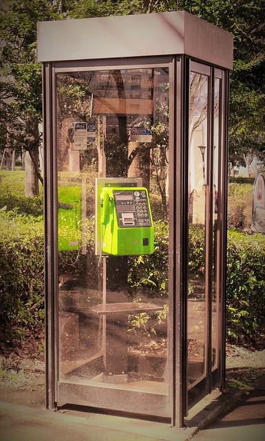 公衆電話ボックスに鏡があるのは何故?