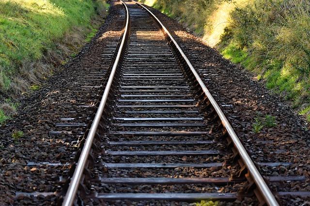 電車のレールのカーブの部分は、どうやって曲げている?