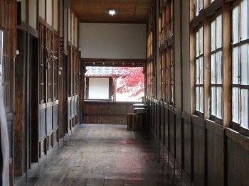 杵原学校廊下よりの紅葉